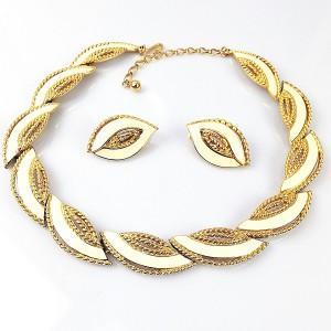 Trifari vintage necklace set earrings oorbellen collier ketting gold tone with cream coloured enamel goudkleurig creme designer5.jpg