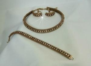 Vintage Costume Jewelry mesh metal clear rhinestone necklace set bracelet necklace screwback earrings old gold tone goudkleurigmetaal set coliier ketting armband en schroef oorbellen d.JPG